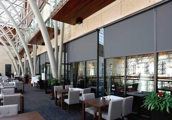 Refleksol zaciemniający, osłony okien do restauracji, duże rolety zewnętrzne na wymiar