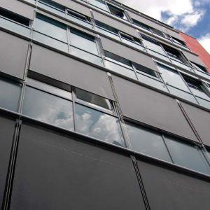 Refleksol zewnętrzny realizacja na biurowcu, skuteczne rolety zaciemniające