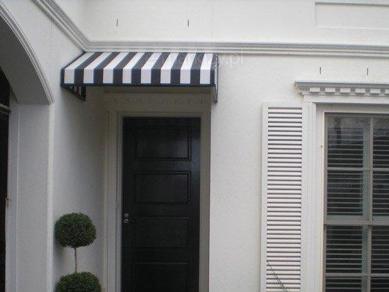 Markiza koszowa trójkątna nad wejście, Markizy koszowe tkanina w pasy, markizy materiałowe, markizy nad drzwi